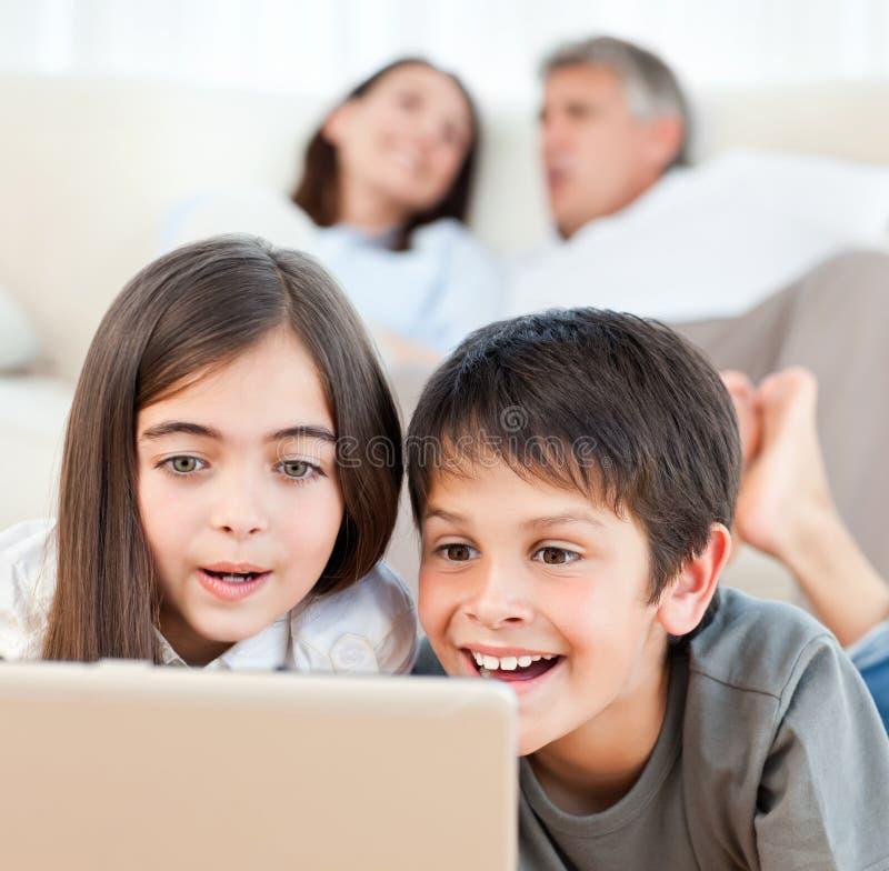 Reizende Kinder, die einen Film überwachen stockfoto