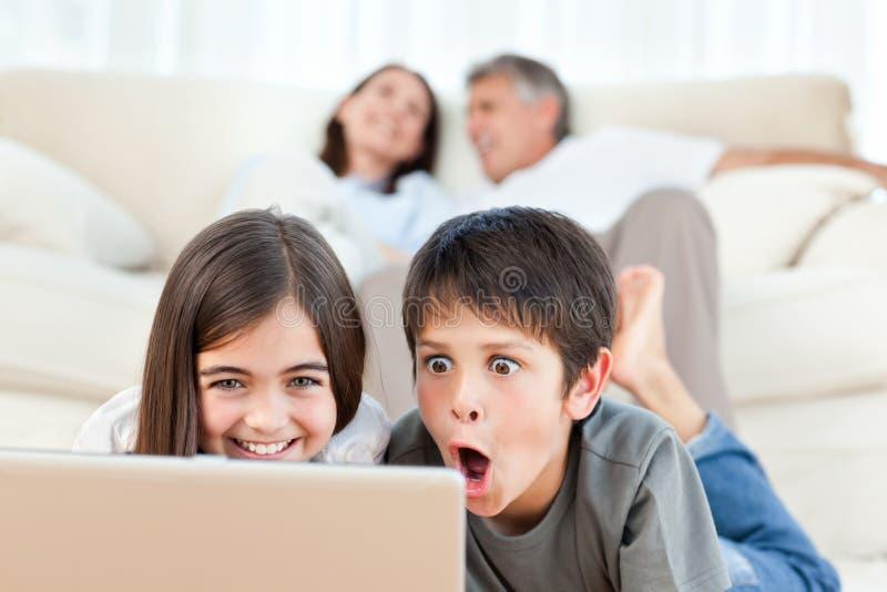 Reizende Kinder, die einen Film überwachen stockbilder