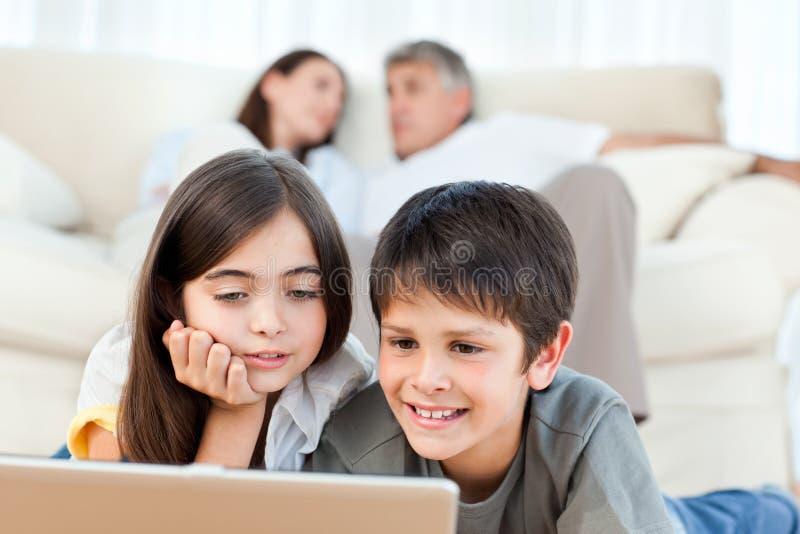Reizende Kinder, die einen Film überwachen lizenzfreies stockbild