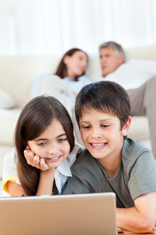 Reizende Kinder, die einen Film überwachen stockfotografie