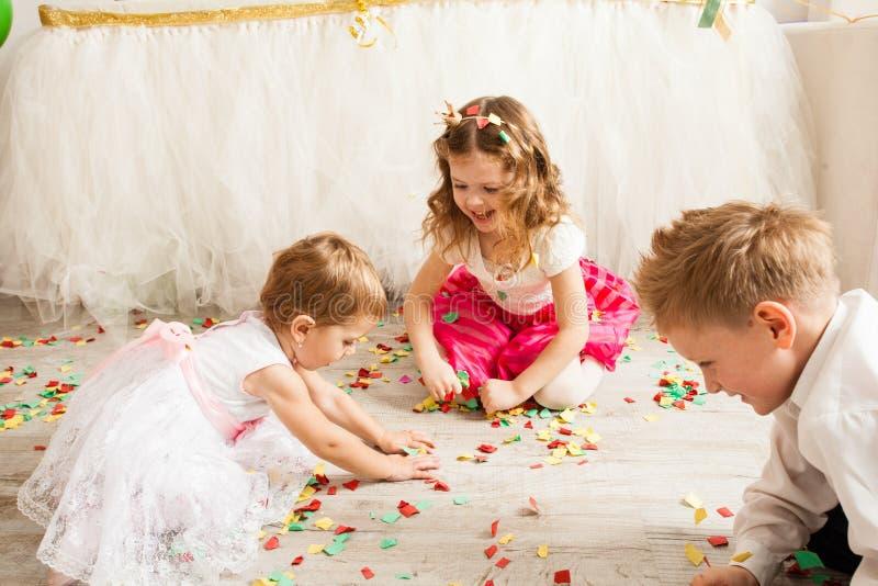 Reizende Kinder spielen zusammen stockfotografie