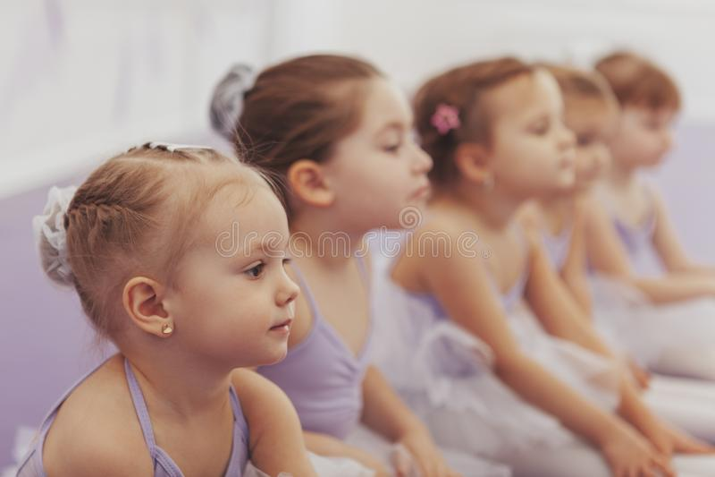 Reizende kleine Ballerinen am Tanzstudio lizenzfreie stockbilder