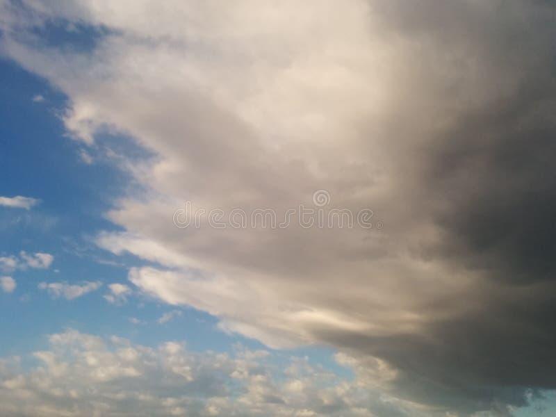 Reizende Morgenregenwolken stockfotografie