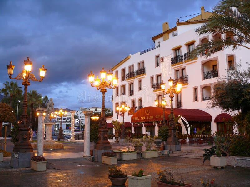Reizende Nachtszene eines Hotels in Puerto Banus, Spanien lizenzfreies stockbild