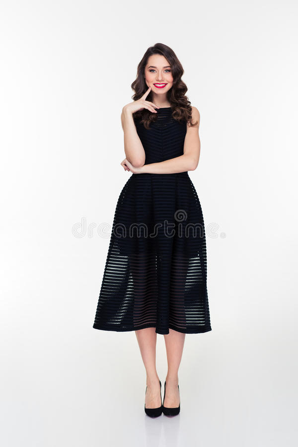 Reizende nette lächelnde junge Frau mit Retro- Frisur lizenzfreie stockfotografie