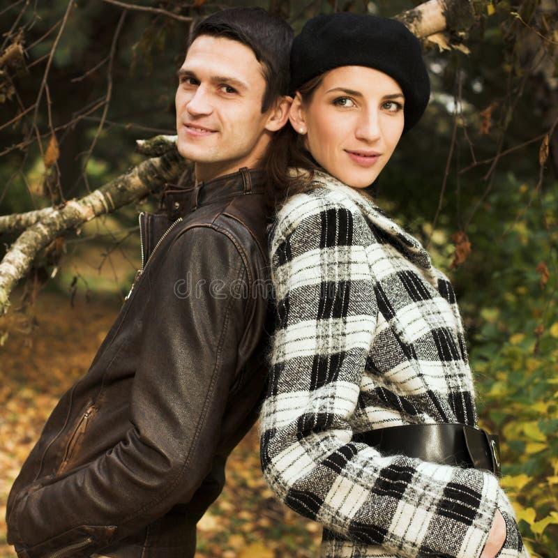 Reizende Paare im Herbstpark stockfotografie