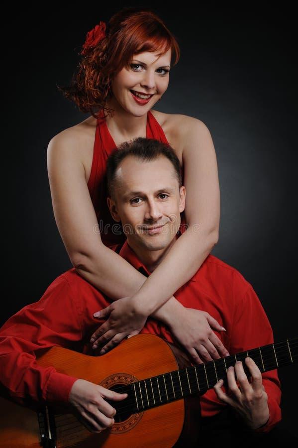 Reizende Paare mit Gitarre lizenzfreie stockbilder