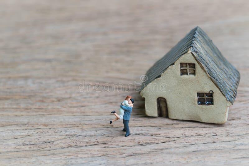 Reizende Paare mit zukünftigem Hauskonzept des Erfolgs, kleine Miniatur lizenzfreies stockbild