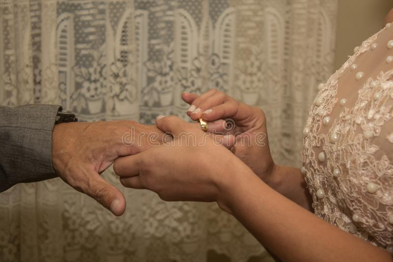 Reizende Paarjungvermählten und Goldehering stockfotografie