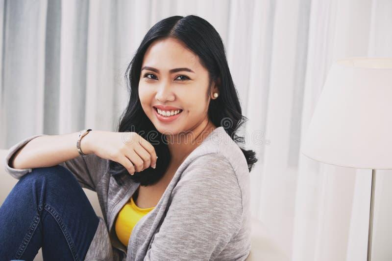 Reizende philippinische Frau lizenzfreie stockbilder