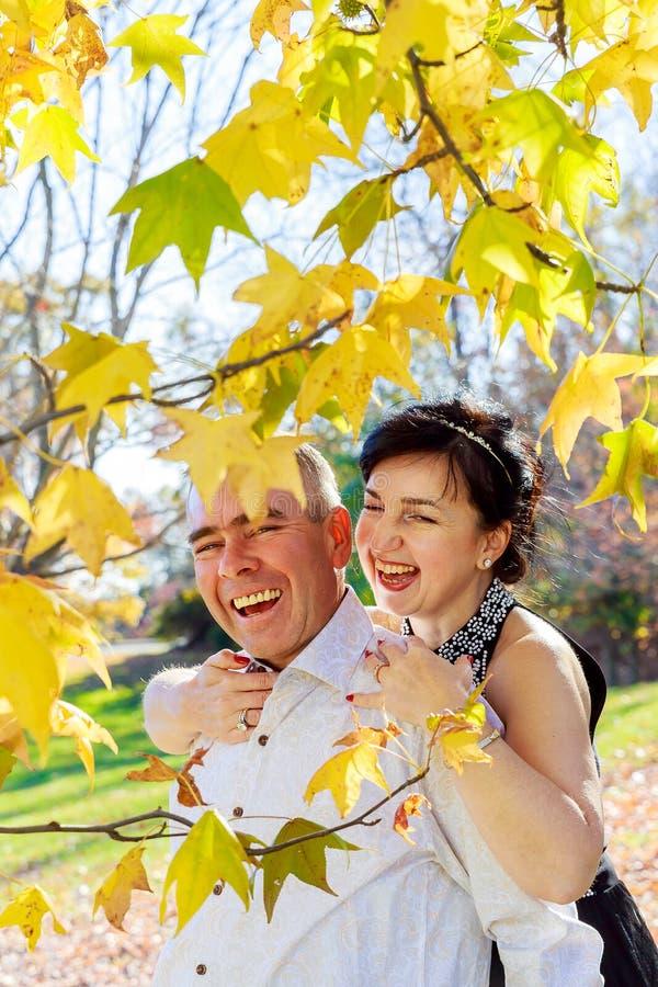 Reizende romantische junge Paare, die in Herbstwald gehen stockbilder
