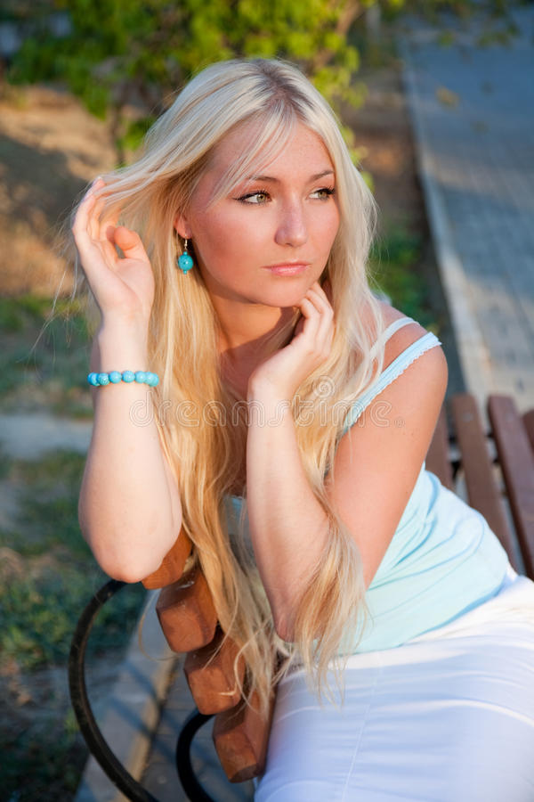 Reizende schöne blonde Frau im Freien lizenzfreie stockfotografie