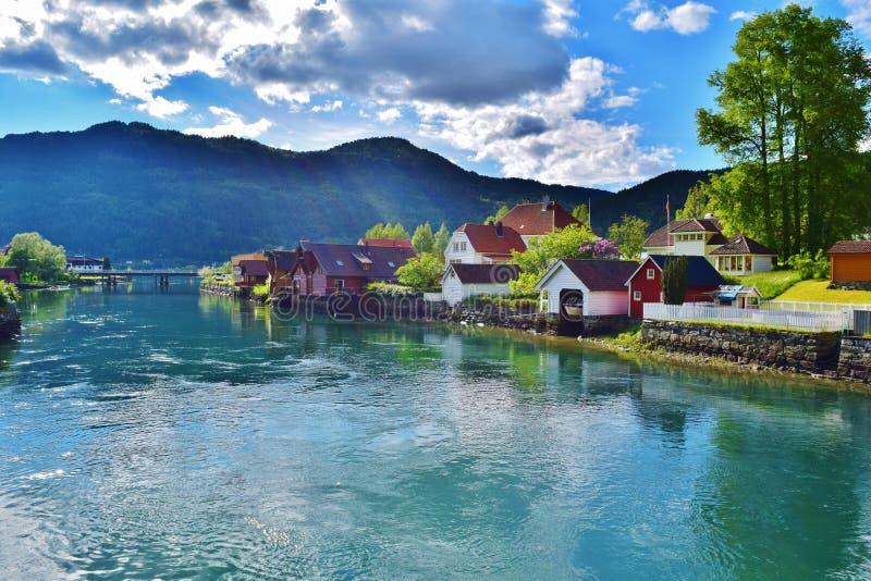 Reizende Stadt mit schönen Häusern und einem Fjordfluß stockfotografie