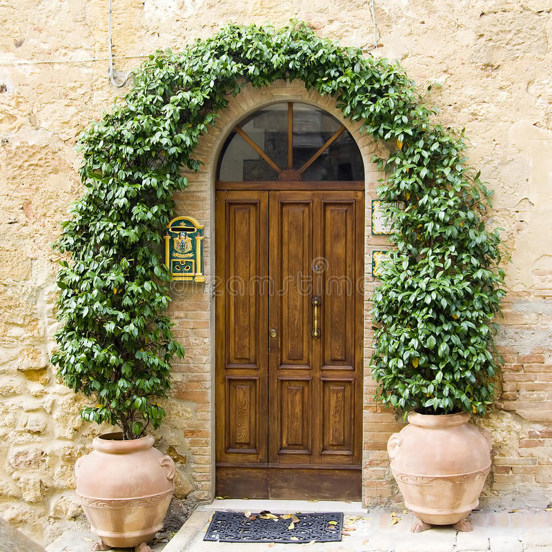 Reizende toskanische Türen lizenzfreie stockfotografie