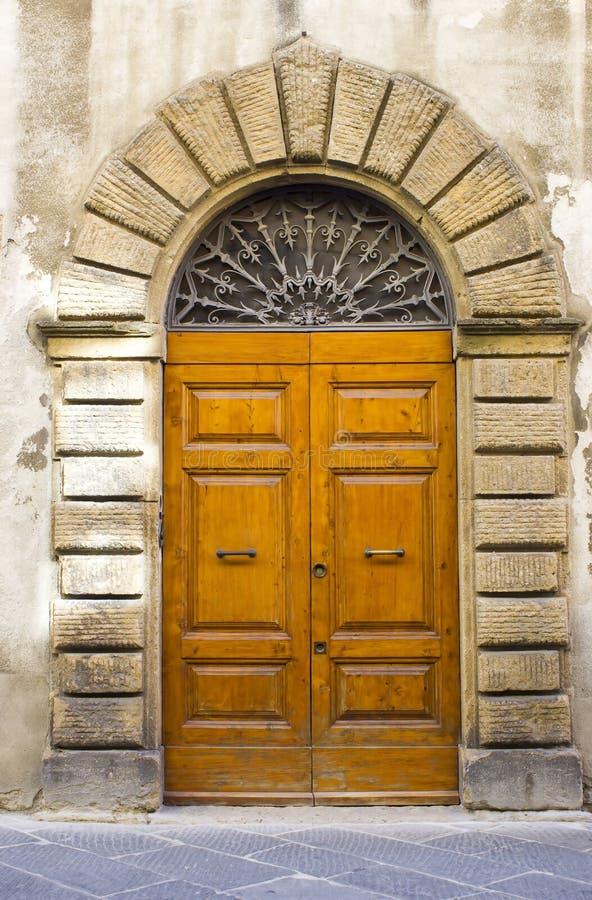 Reizende toskanische Türen lizenzfreies stockbild