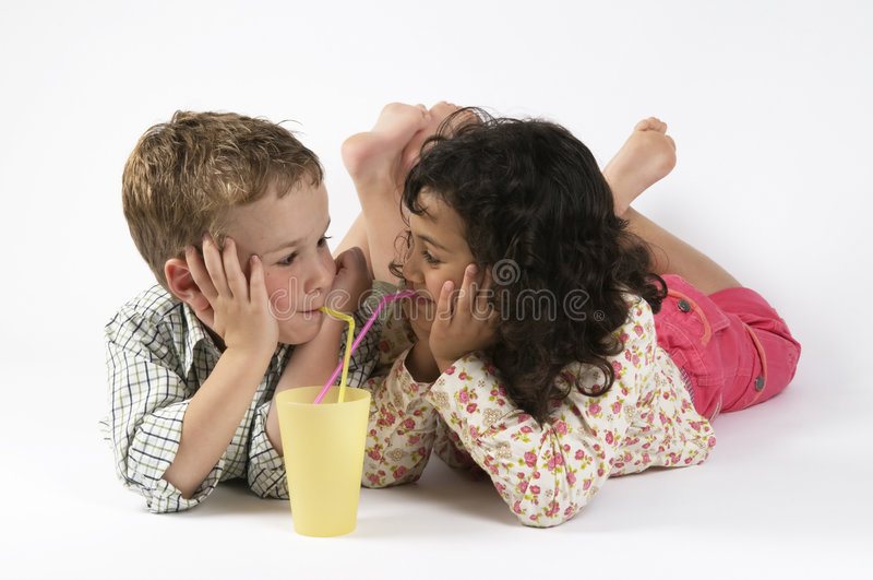 Reizende trinkende Freunde stockfotos