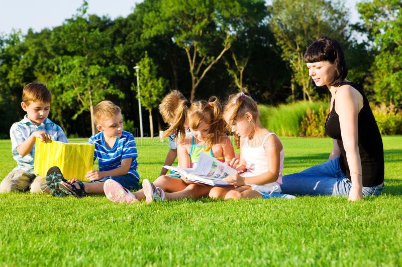 Reizende Vorschüler mit Büchern stockfotografie