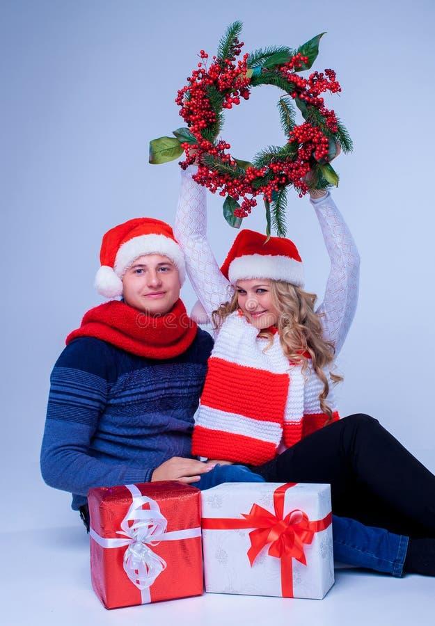 Reizende Weihnachtspaar-Holdinggeschenke stockbild