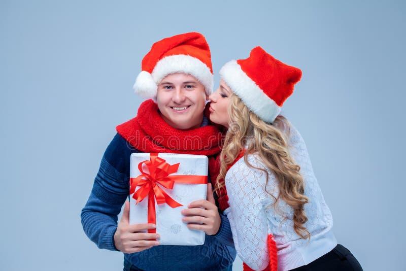 Reizende Weihnachtspaar-Holdinggeschenke stockfoto