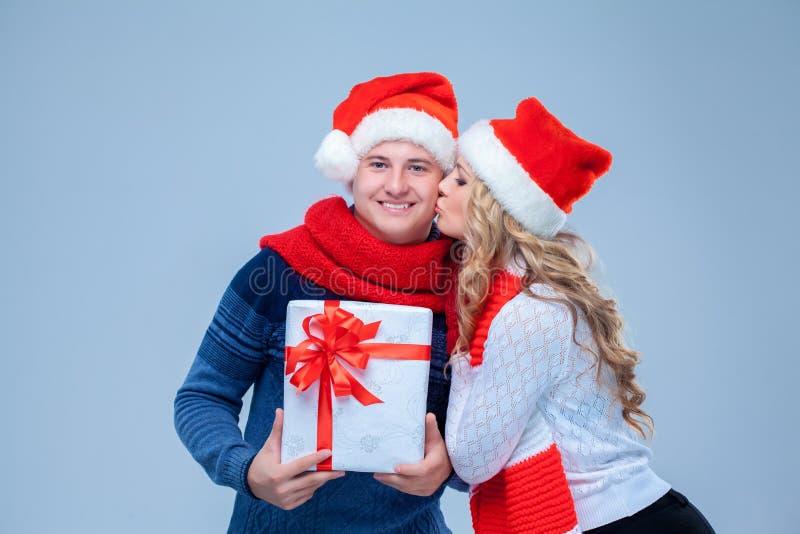 Reizende Weihnachtspaar-Holdinggeschenke lizenzfreies stockfoto