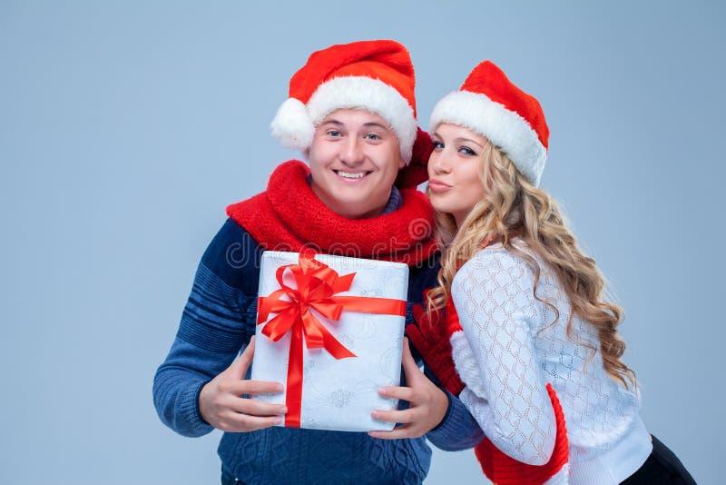 Reizende Weihnachtspaar-Holdinggeschenke lizenzfreie stockfotos