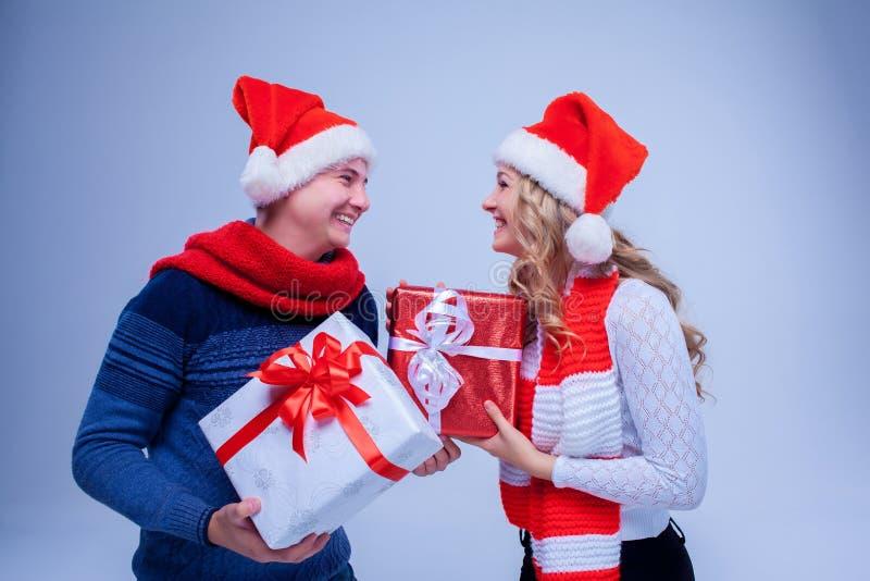 Reizende Weihnachtspaar-Holdinggeschenke stockfotografie