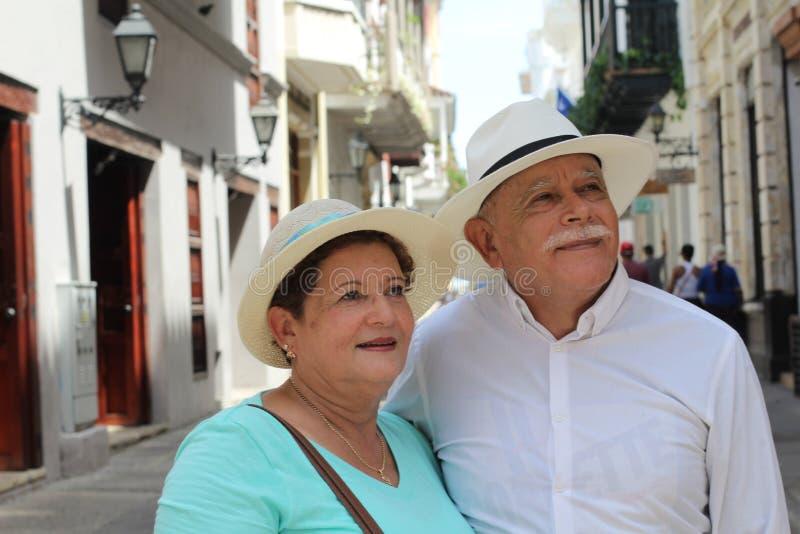 Reizender älterer hispanischer Paarabschluß oben stockbilder