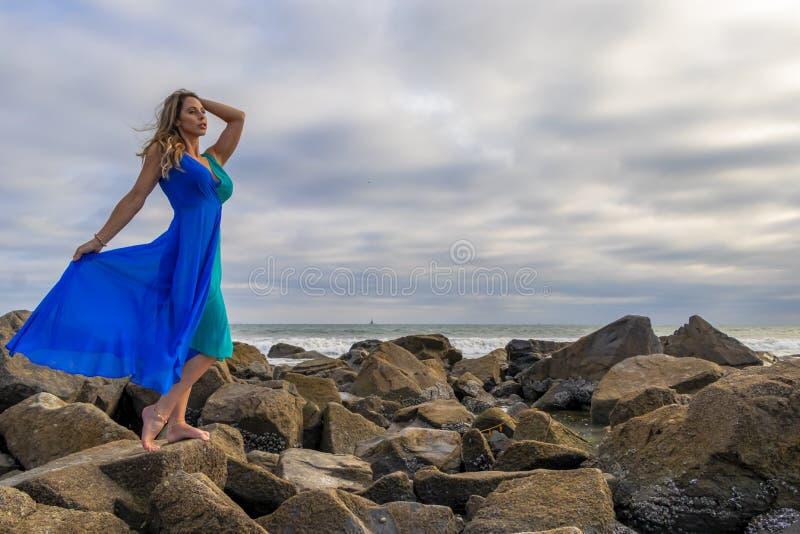 Reizender Brunette lateinischer Strand Modell-Poses Outdoors Ons A bei Sonnenuntergang lizenzfreies stockbild