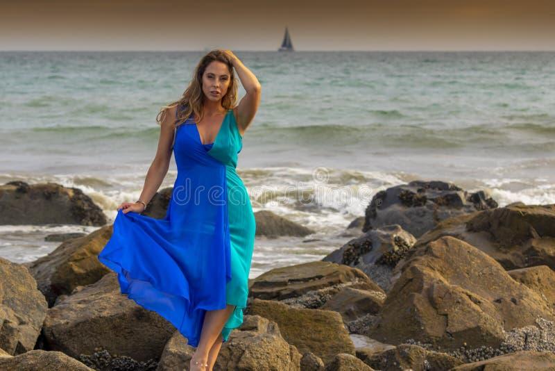Reizender Brunette lateinischer Strand Modell-Poses Outdoors Ons A bei Sonnenuntergang lizenzfreie stockfotografie