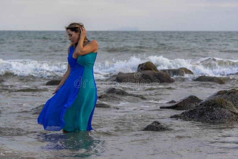 Reizender Brunette lateinischer Strand Modell-Poses Outdoors Ons A bei Sonnenuntergang lizenzfreie stockbilder