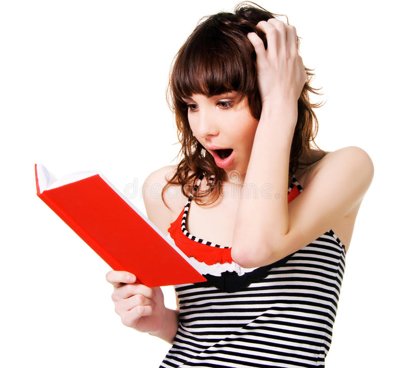 Reizender entsetzter Brunette mit einem roten Buch lizenzfreie stockfotografie