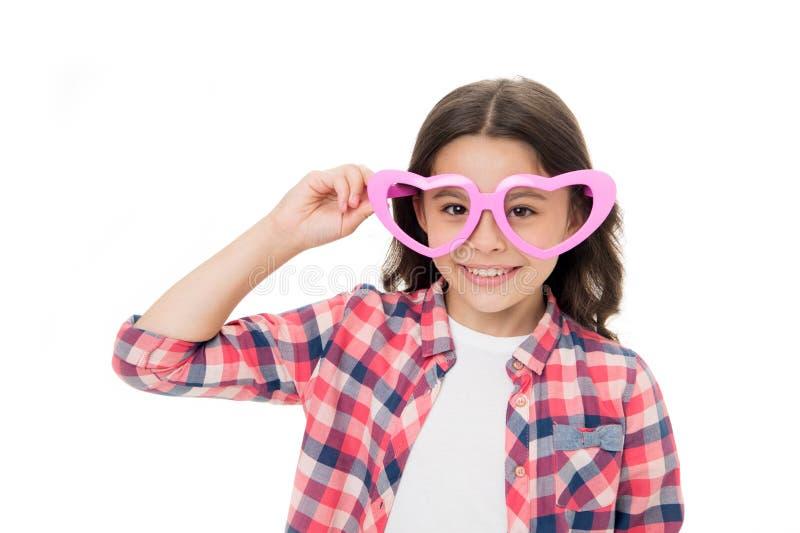 Reizender flüchtiger Blick Geformte Brillen des Kindermädchen-Herzens nett Entzückendes lächelndes Gesicht der gelockten Frisur d lizenzfreies stockbild