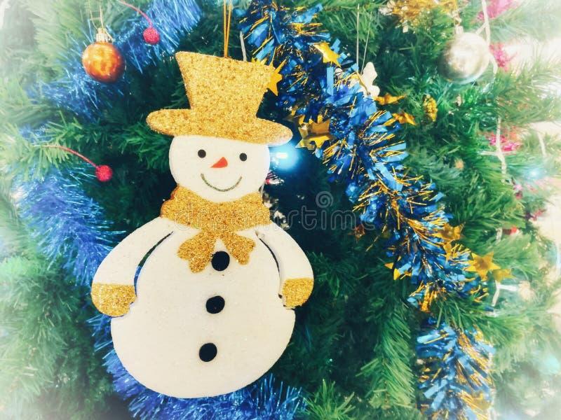 Reizender Schneemann, Weihnachtsverzierungen auf Weihnachtsbaum stockfotografie
