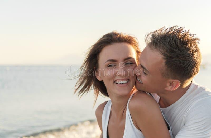 Reizender Sommermoment auf dem Strand lizenzfreie stockfotos