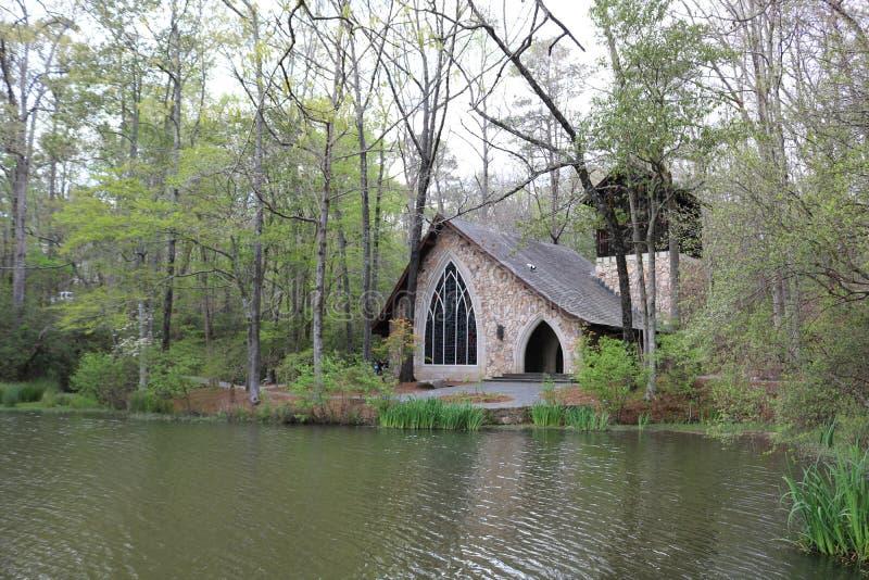 Reizender Teich im Frühjahr im Süden stockfoto