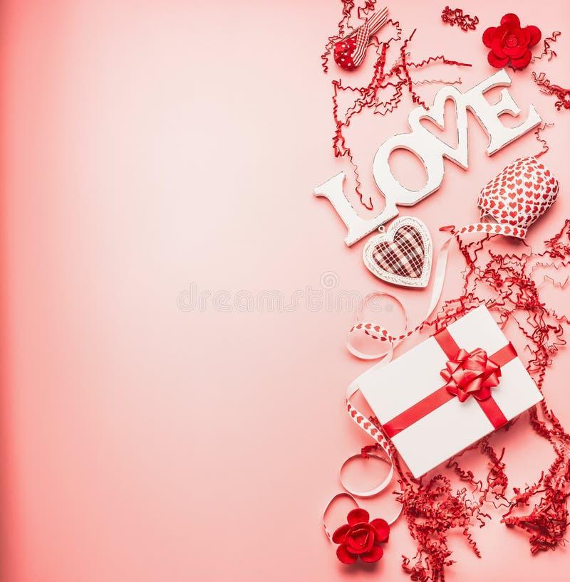 Reizender Valentinsgrußtageshintergrund mit Wort Liebe, Geschenkbox, Herzen und Dekoration, Draufsicht lizenzfreie stockfotografie