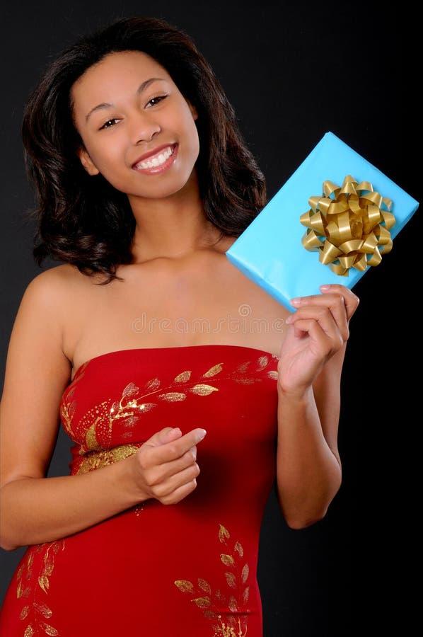 Reizendes Afroamerikaner-Mädchen mit einem Geschenk stockfotografie