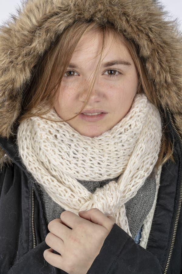 Reizendes blondes Jugendmodell Wearing ein Winter-Mantel in einer Studio-Umwelt lizenzfreie stockbilder