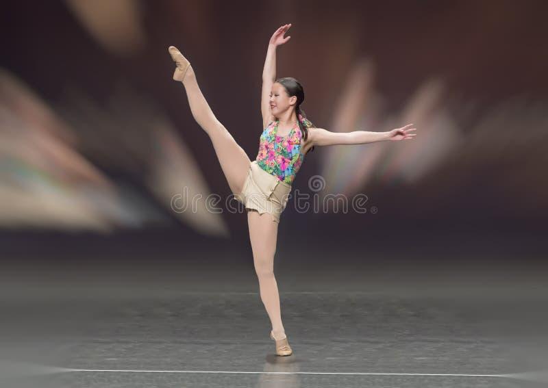 Reizendes dreizehn Jährige Amerasian-Mädchen, das einen Balletttanz durchführt stockfoto