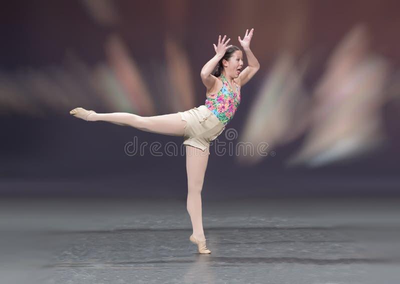 Reizendes dreizehn Jährige Amerasian-Mädchen, das einen Balletttanz durchführt lizenzfreies stockfoto