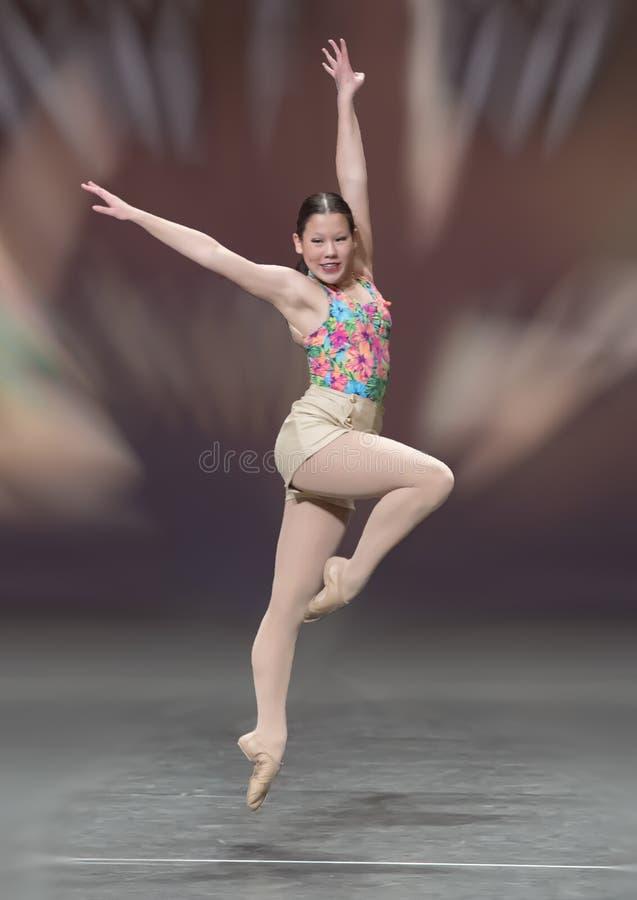 Reizendes dreizehn Jährige Amerasian-Mädchen, das einen Balletttanz durchführt lizenzfreies stockbild