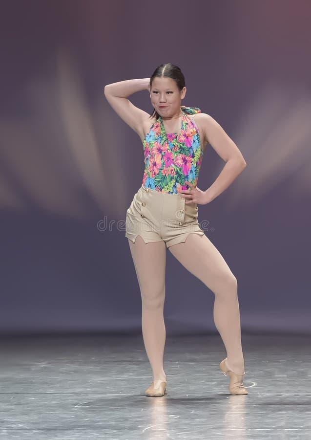 Reizendes dreizehn Jährige Amerasian-Mädchen, das einen Balletttanz durchführt stockfotos