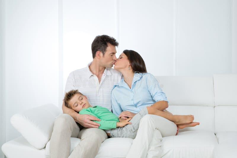 Reizendes Familienportrait lizenzfreie stockbilder