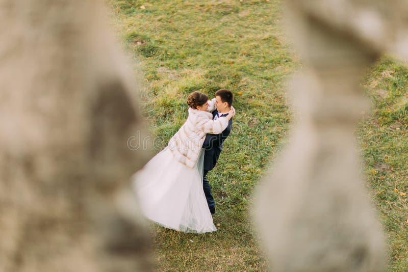 Reizendes Foto im Freien des gerechten verheirateten Tanzens in der Straße lizenzfreie stockbilder