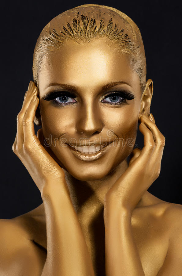 Färbung u. flüchtiger Blick. Herrliches Frauenlächeln. Fantastisches goldenes Make-up. Kunst lizenzfreie stockfotografie
