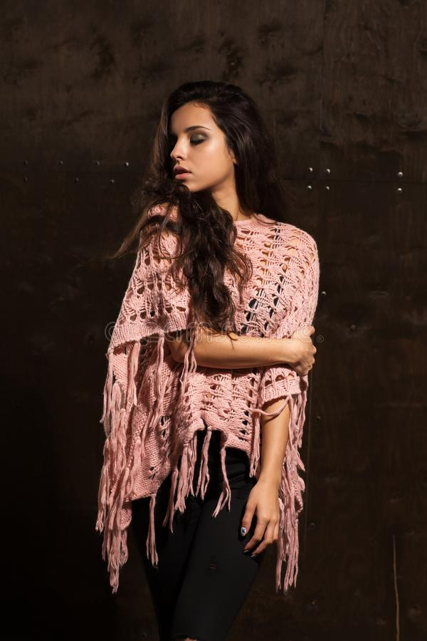 Reizendes gebräuntes Modell mit tragendem Rosa des hellen Makes-up strickte swea lizenzfreies stockbild