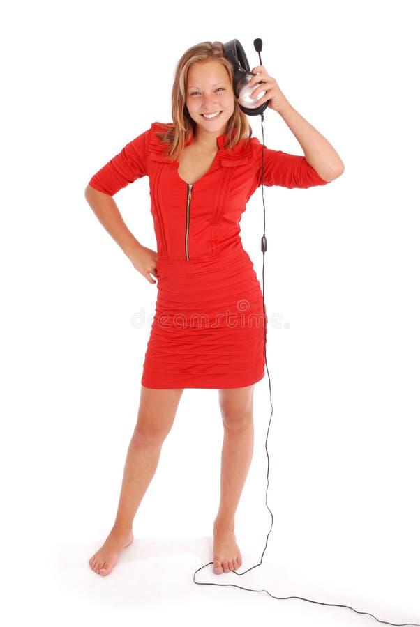 Reizendes hörendes Mädchen eine Musik mit Kopfhörern lizenzfreies stockbild