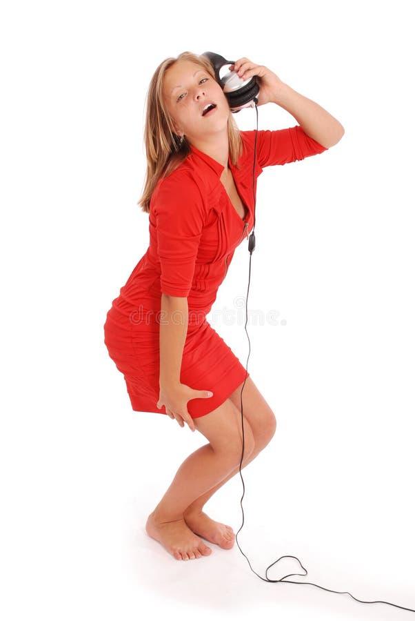 Reizendes hörendes Mädchen eine Musik mit Kopfhörern lizenzfreies stockfoto