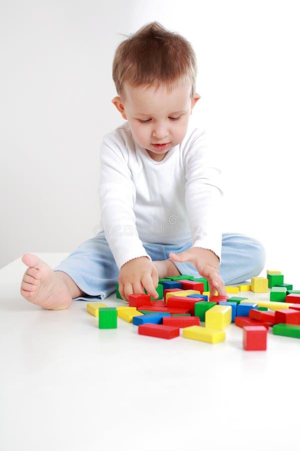 Reizendes Jungenspielen stockbilder