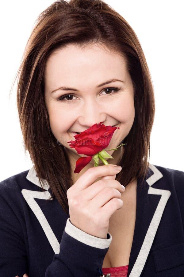Reizendes junges Mädchen mit einer schönen Rotrose lizenzfreie stockbilder